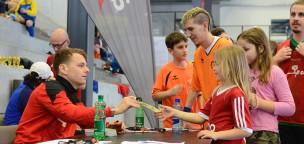 Teaser-Bild für Beitrag «Gefragte Autogramme am Hallen-Fussballturnier»