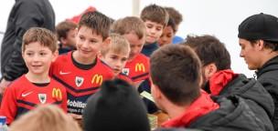 Teaser-Bild für Beitrag «Grosse Autogrammjagd beim FCA-Juniorencamp»